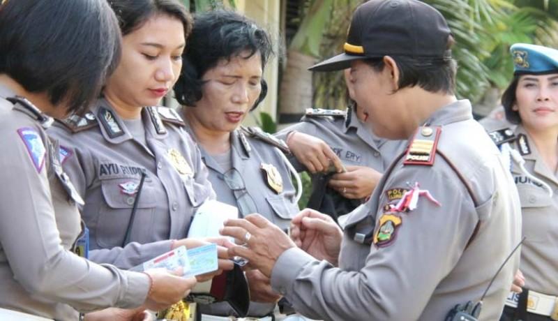 www.nusabali.com-jelang-hari-kartini-atribut-polwan-diperiksa