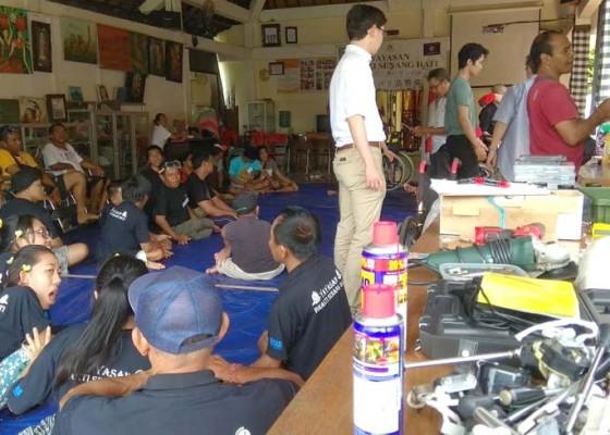 Nusabali.com - disabilitas-workshop-perbaiki-kursi-roda