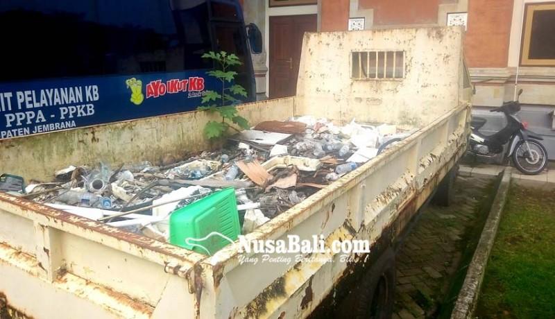 www.nusabali.com-bangkai-truk-dipenuhi-sampah-teronggok-di-areal-kantor-bupati