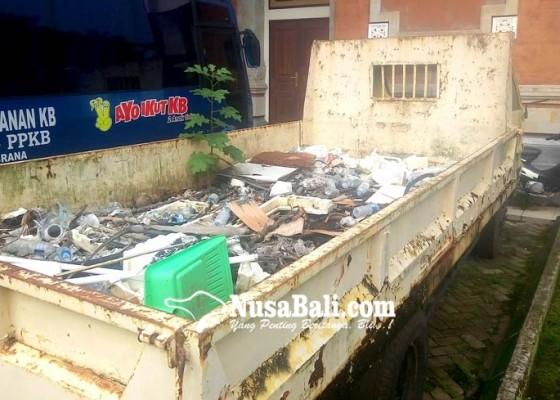 Nusabali.com - bangkai-truk-dipenuhi-sampah-teronggok-di-areal-kantor-bupati