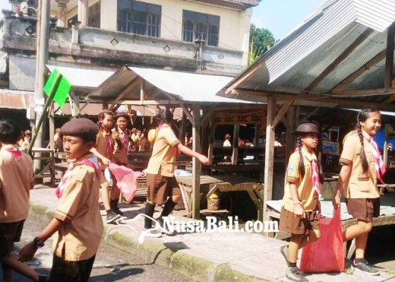 Nusabali.com - siswa-sd-se-desa-tiga-pungut-sampah-plastik