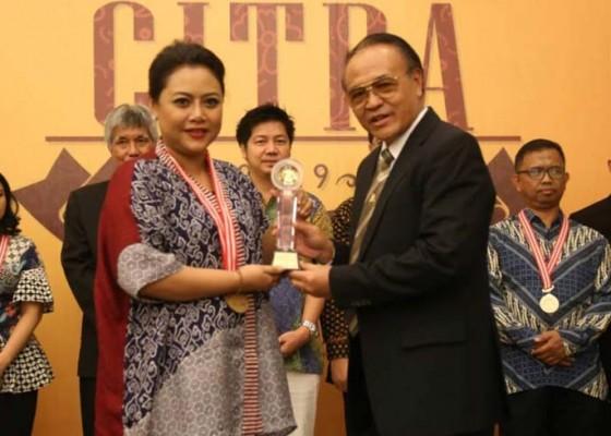 Nusabali.com - bupati-eka-wiryastuti-terima-penghargaan-aci-tahun-2019