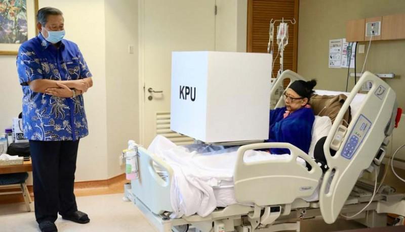 www.nusabali.com-ibu-ani-nyoblos-sambil-terbaring-di-ruang-perawatan