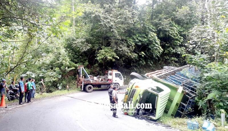 www.nusabali.com-hindari-bus-truk-air-mineral-terguling-di-gitgit