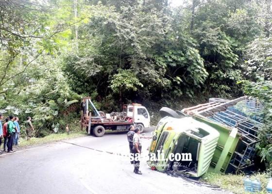 Nusabali.com - hindari-bus-truk-air-mineral-terguling-di-gitgit