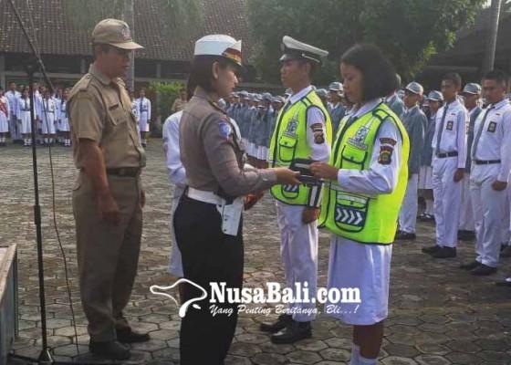 Nusabali.com - kasatlantas-lantik-anggota-pks-sman-1-amlapura
