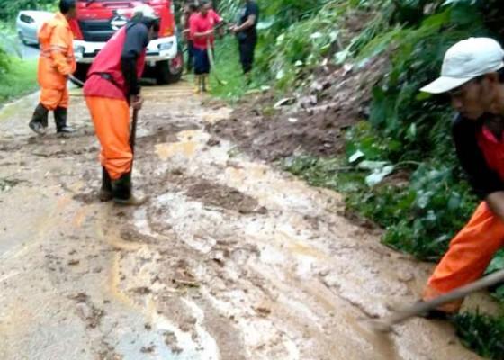 Nusabali.com - longsor-tutup-badan-jalan-di-desa-sulangai