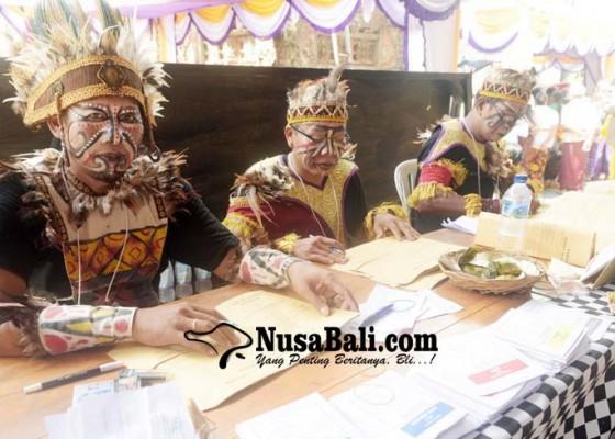 Nusabali.com - kpps-di-tiga-tps-kenakan-busana-adat-nusantara