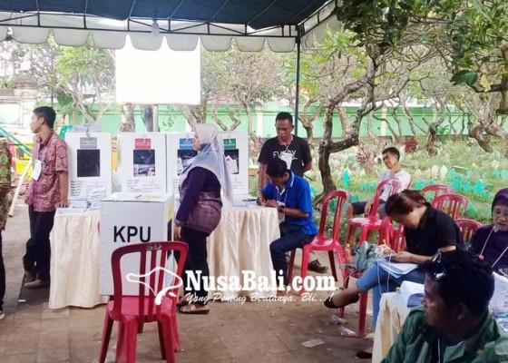 Nusabali.com - warga-mencoblos-di-kuburan