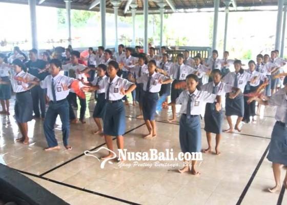 Nusabali.com - siswa-asal-jumpai-ajarkan-tari-telek-di-sekolah