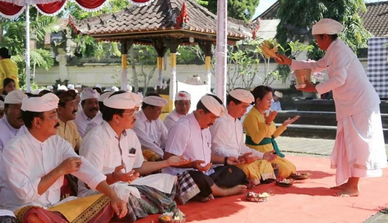 www.nusabali.com-jajaran-pemkab-bersembahyang-di-pura-jagatnatha