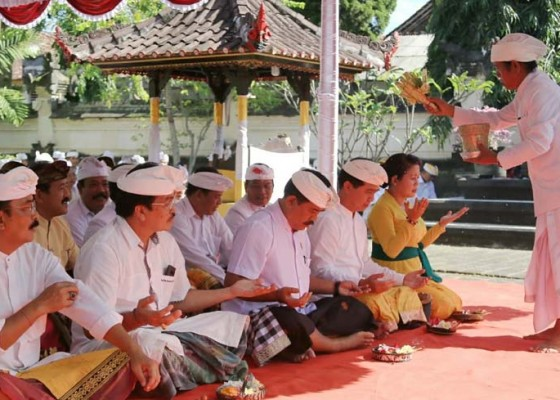 Nusabali.com - jajaran-pemkab-bersembahyang-di-pura-jagatnatha