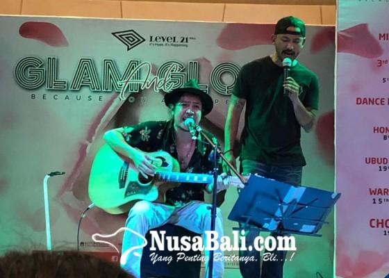 Nusabali.com - kolaborasik-robi-nacivula-dan-rika-yuniorika-penonton-salah-fokus-ke-rio-dewanto