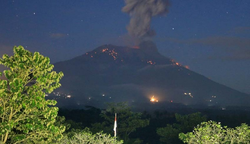 www.nusabali.com-gunung-agung-lontarkan-lava-pijar-8-kk-ngungsi