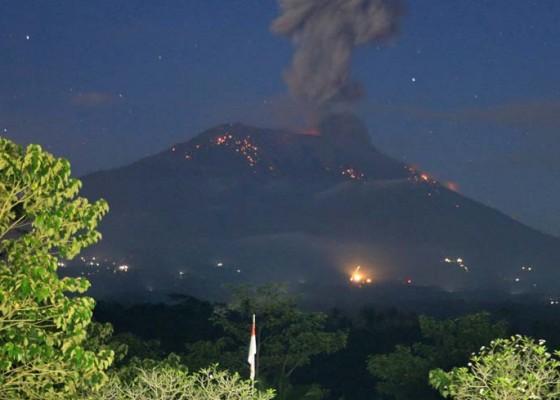 Nusabali.com - gunung-agung-lontarkan-lava-pijar-8-kk-ngungsi