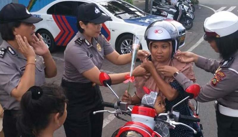 www.nusabali.com-polwan-bagi-bagi-helm