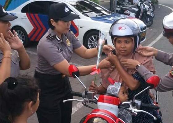 Nusabali.com - polwan-bagi-bagi-helm