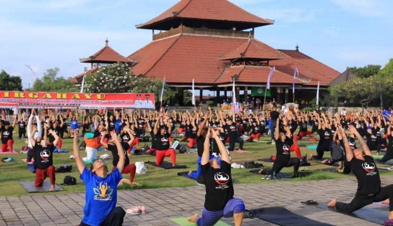 www.nusabali.com-yoga-asanas-massal-di-lapangan-puputan