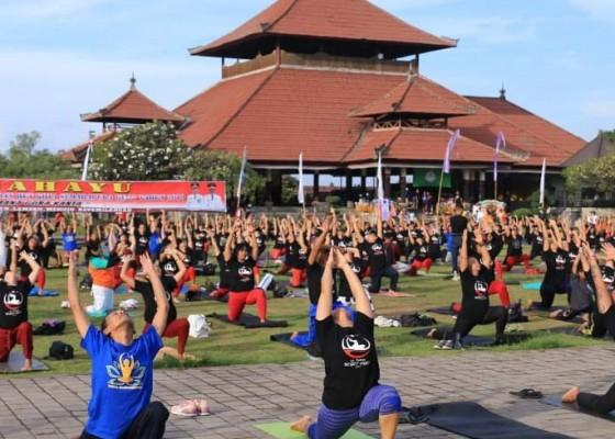 Nusabali.com - yoga-asanas-massal-di-lapangan-puputan