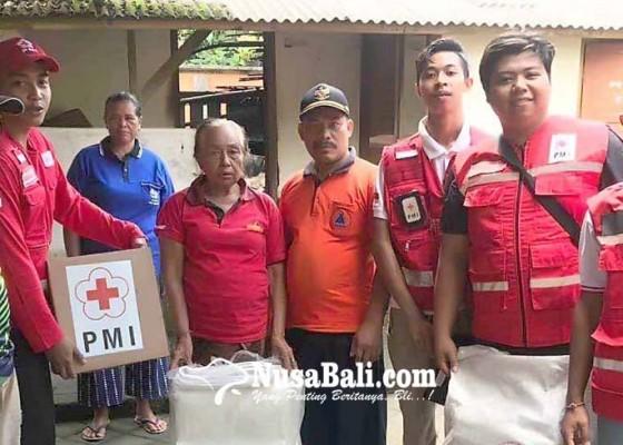 Nusabali.com - pmi-bantu-nenek-korban-kebakaran