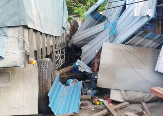 Nusabali.com - sopir-ngantuk-truk-tabrak-warung-di-seririt