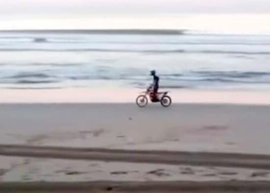 Nusabali.com - wisatawan-kendarai-motor-trail-di-pesisir-pantai-kuta