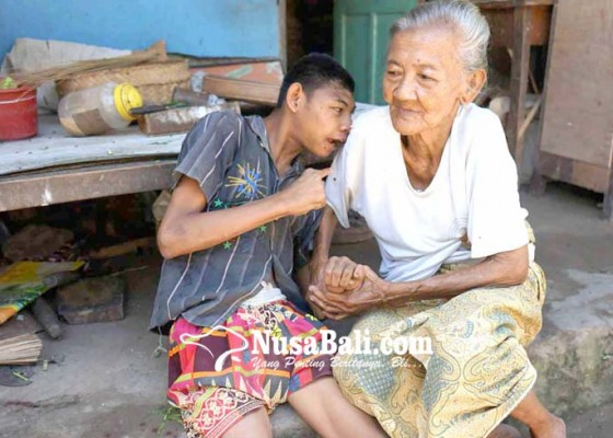 Nusabali.com - nenek-rawat-cucu-disabilitas