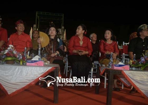 Nusabali.com - gerimis-hujan-tingkahi-festival-harmoni-tabanan