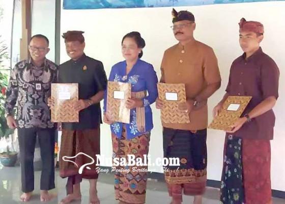 Nusabali.com - 5-tokoh-karangasem-terima-sertifikat-tim-ahli-budaya
