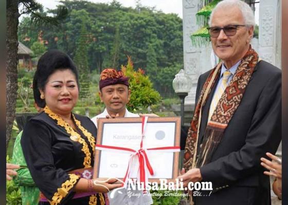 Nusabali.com - sekjen-owhc-serahkan-sertifikat-kota-pusaka
