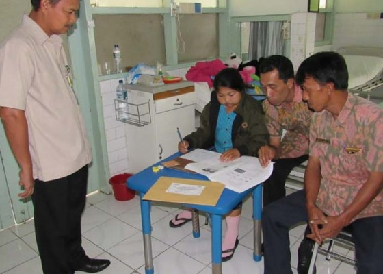 Nusabali.com - sakit-dua-siswa-ikut-ujian-susulan-di-rsup-sanglah