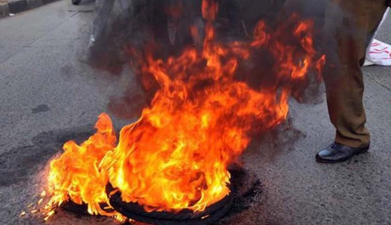 www.nusabali.com-ratusan-polisi-protes-dan-bakar-ban