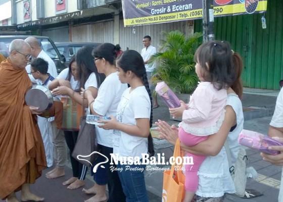 Nusabali.com - 9-bhikkhu-jalan-kaki-4-km-sambil-terima-makanan