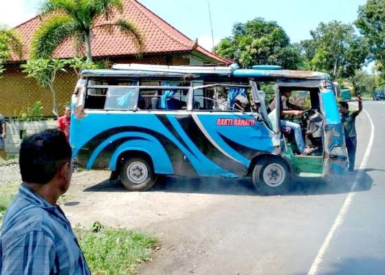 Nusabali.com - dua-mikro-bus-serempetan-satu-terguling-hingga-ringsek
