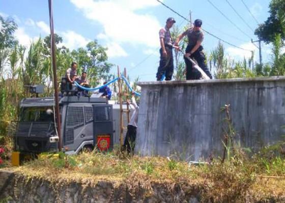 Nusabali.com - kendaraan-water-canon-turun-gunung