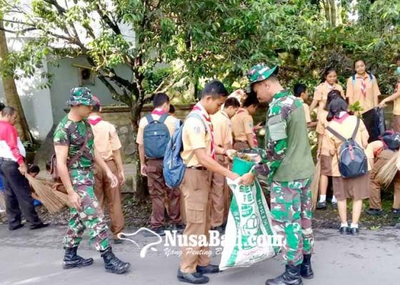 Nusabali.com - tni-bersihkan-sampah-plastik-di-karangsokong