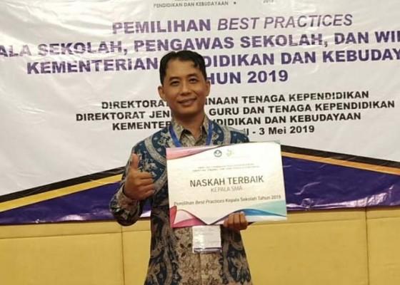 Nusabali.com - kasek-sman-1-singaraja-raih-best-practice-kategori-kepala-sekolah