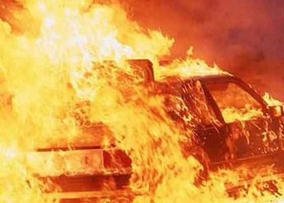 Nusabali.com - parkir-di-restoran-mobil-terbakar