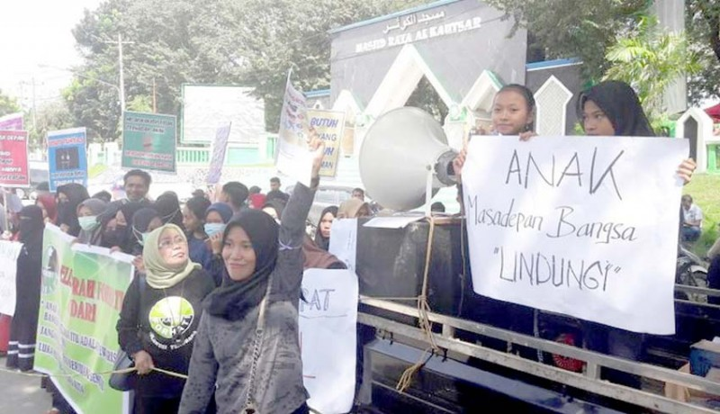 www.nusabali.com-aktivis-perempuan-demo-markas-korem