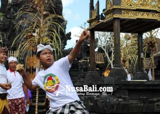Nusabali.com - perang-tipat-tradisi-mensyukuri-panen-padi