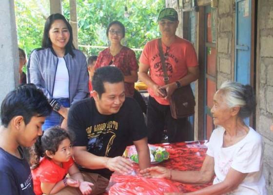 Nusabali.com - peduli-disabilitas-wabup-kembang-serahkan-bantuan-kursi-roda-dan-sembako