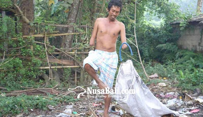 www.nusabali.com-tanpa-tangan-ambil-sampah-plastik-dengan-kaki