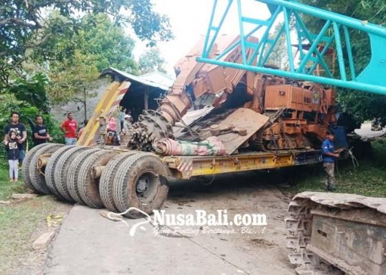 Nusabali.com - dikagetkan-wong-samar-truk-nyangkut-di-tajun