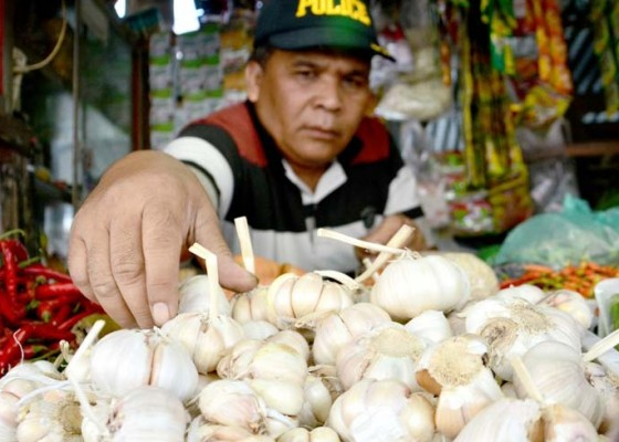Nusabali.com - harga-bawang-putih-turun-di-denpasar