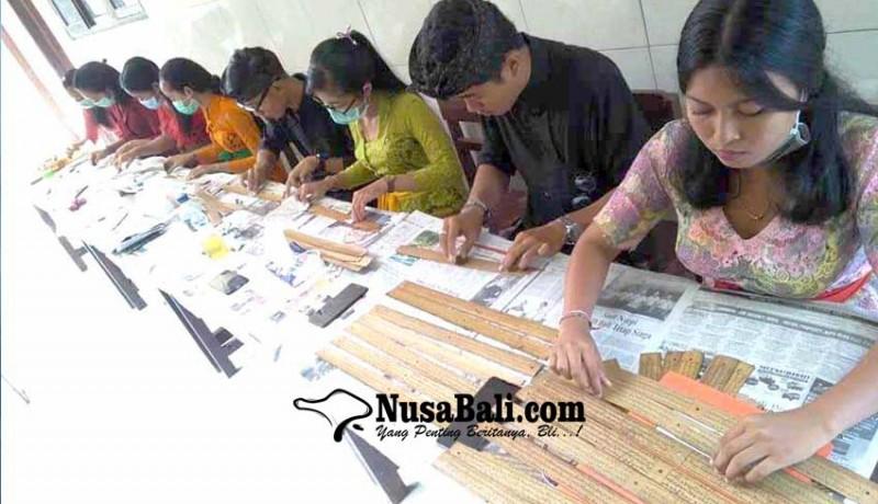 www.nusabali.com-mahasiswa-bahasa-bali-latihan-konservasi-lontar