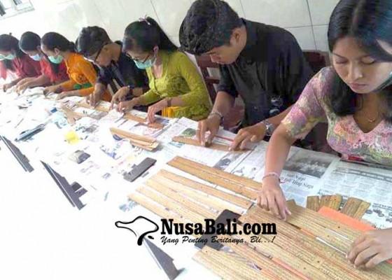 Nusabali.com - mahasiswa-bahasa-bali-latihan-konservasi-lontar