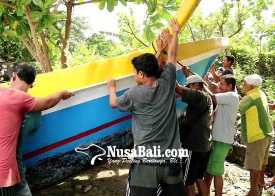 Nusabali.com - usai-diving-jukung-berisi-4-wisman-jerman-terbalik