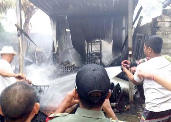 Nusabali.com - gudang-di-sibang-gede-hangus-terbakar