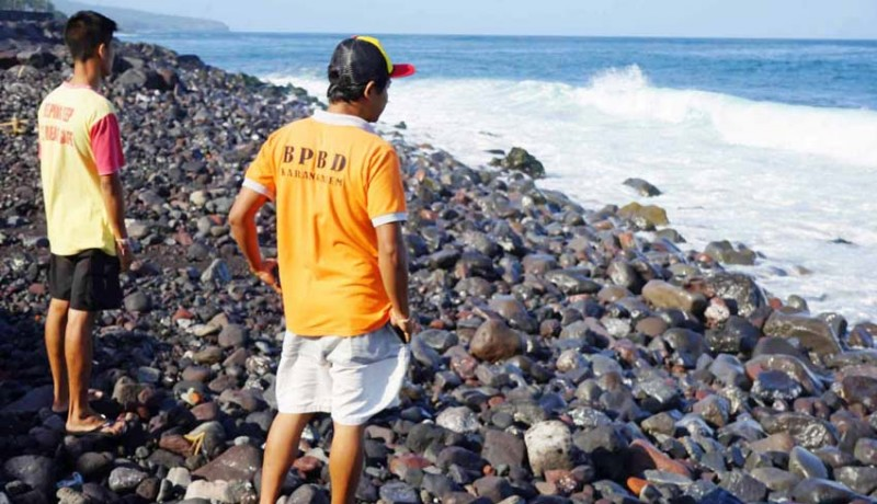 www.nusabali.com-diduga-limbah-solar-terdampar-di-pantai-jasri