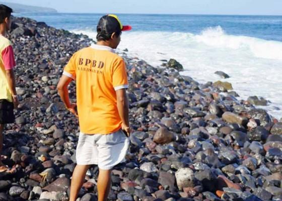 Nusabali.com - diduga-limbah-solar-terdampar-di-pantai-jasri
